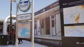 Objet exposé de station de métro de Salonique, Grèce avec le signe banque de vidéos
