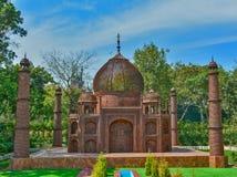 Objet façonné de Taj Mahal avec des déchets d'automobile dans un jardin photographie stock libre de droits