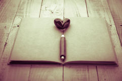 Objet rouge de coeur avec le crayon en bois Photos stock
