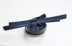 Objete no fundo de madeira - ascendente próximo da cintura-correia Fotografia de Stock Royalty Free