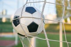 Objetivo - bola do futebol ou do futebol na rede no estádio Fotos de Stock