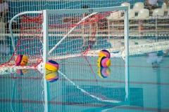 Objetivo e bola do polo aquático na piscina Fotografia de Stock