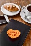 Objetivos 2017 de Brekafast, de smartphone e de texto Fotos de Stock