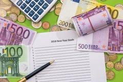 2018 objetivos do ano novo com euro, pena e calculadora Foto de Stock