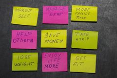 Objetivos do ano novo ou definições - notas pegajosas em um quadro-negro Imagens de Stock Royalty Free
