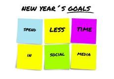 Objetivos e definições do ano novo nas notas pegajosas coloridas determinadas passar menos tempo nos meios sociais isolados no br fotografia de stock