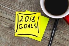 2018 objetivos - escrita em de tinta preta em uma nota pegajosa com um cu Imagem de Stock