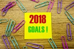 2018 objetivos na nota pegajosa amarela, no fundo de madeira Conceito das definições do ano novo Fotografia de Stock Royalty Free