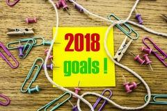 2018 objetivos na nota pegajosa amarela, no fundo de madeira Conceito das definições do ano novo Imagens de Stock