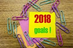 2018 objetivos na nota pegajosa amarela, no fundo de madeira Conceito das definições do ano novo Fotografia de Stock