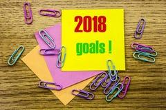 2018 objetivos na nota pegajosa amarela, no fundo de madeira Conceito das definições do ano novo Fotos de Stock Royalty Free