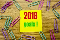 2018 objetivos na nota pegajosa amarela, no fundo de madeira Conceito das definições do ano novo Fotos de Stock