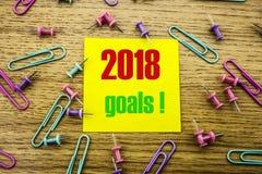 2018 objetivos na nota pegajosa amarela, no fundo de madeira Conceito das definições do ano novo Imagens de Stock Royalty Free
