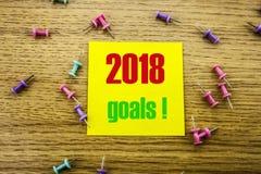 2018 objetivos na nota pegajosa amarela, no fundo de madeira Conceito das definições do ano novo Imagem de Stock