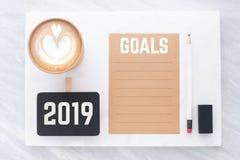 2019 objetivos no marrom reciclam o papel com lápis, quadro-negro do grampo, pe fotografia de stock royalty free