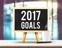 2017 objetivos no quadro-negro com a armação na tabela de mármore preta com c Foto de Stock Royalty Free
