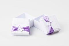 objeto Caixas de presente brancas isoladas no branco Imagens de Stock