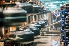 Objeto de los neumáticos de coche en la línea en la fábrica fotografía de archivo libre de regalías