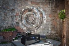 Objeto del arte moderno hecho del aluminio en el centro de la ciudad de Barcelona libre illustration