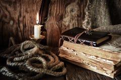 Objeto del pirata en la tabla de madera Fotografía de archivo