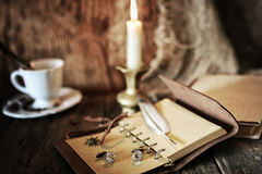Objeto del pirata en la tabla de madera Imagen de archivo