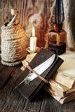 Objeto del pirata en la tabla de madera Foto de archivo