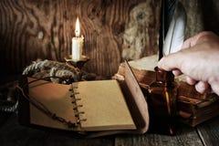 Objeto del pirata en la tabla de madera Foto de archivo libre de regalías