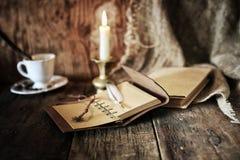 Objeto del pirata en la tabla de madera Fotos de archivo