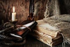 Objeto del pirata en la tabla de madera Imagenes de archivo