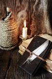 Objeto del pirata en la tabla de madera Imágenes de archivo libres de regalías