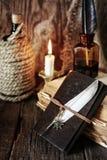 Objeto del pirata en la tabla de madera Fotografía de archivo libre de regalías