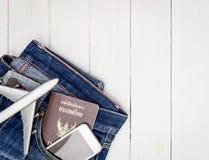 Objeto del viaje de las vacaciones en un bolsillo de la mezclilla del inconformista fotos de archivo