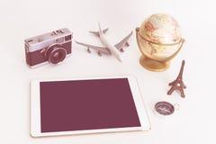 Objeto del viaje del vintage con la tableta en blanco Fotografía de archivo