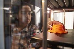 Objeto femenino de Printing 3D del estudiante universitario en la lección del diseño fotografía de archivo libre de regalías