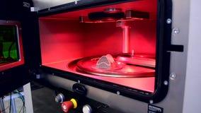 Objeto impreso de polvo de metal en la impresora del metal 3d, c?mara de trabajo metrajes