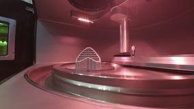 Objeto impreso de polvo de metal en la impresora del metal 3d, c?mara de trabajo almacen de metraje de vídeo