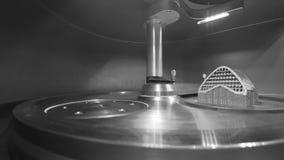 Objeto impreso de polvo de metal en la impresora del metal 3d, c?mara de trabajo almacen de video