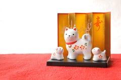 Objeto japonés del perro del Año Nuevo en el Libro Blanco rojo Foto de archivo libre de regalías
