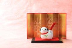 Objeto japonés del perro del Año Nuevo en el papel rojo tradicional Foto de archivo