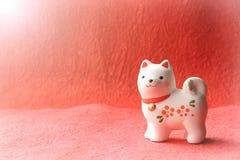 Objeto japonés del perro del Año Nuevo en fondo de la salida del sol Imágenes de archivo libres de regalías