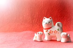 Objeto japonés del perro del Año Nuevo en fondo de la salida del sol Fotografía de archivo libre de regalías