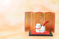 Objeto japonés del perro del Año Nuevo en luz del sol Fotografía de archivo