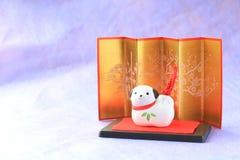 Objeto japonés del perro del Año Nuevo en púrpura Imágenes de archivo libres de regalías