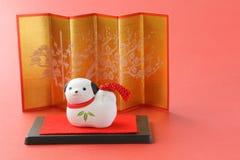 Objeto japonés del perro del Año Nuevo en rojo Fotos de archivo libres de regalías