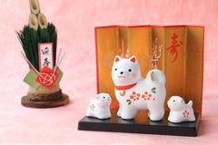 Objeto japonês do cão do ano novo no fundo de papel tradicional Fotografia de Stock
