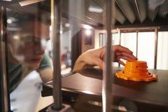 Objeto masculino de Printing 3D del estudiante universitario en la lección del diseño foto de archivo