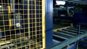 Objeto semitrabajado de madera que mueve encendido la máquina de la producción metrajes