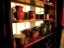 Objetos antiguos en estante de madera viejo en hogar histórico Imagen de archivo