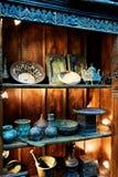 Objetos antiguos en estante de madera viejo en tienda histórica Imagen de archivo libre de regalías