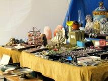 Objetos antiguos para la venta en un mercado de pulgas Fotografía de archivo libre de regalías